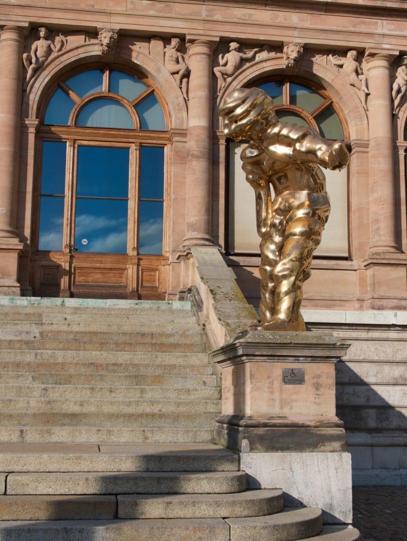neues Museum - Eingang mit einer Skulptur von Schütte