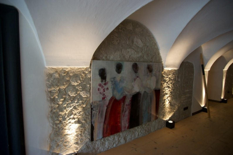 Appartements Berge - Eingang mit Künstlerin Katharina Schmidmayer