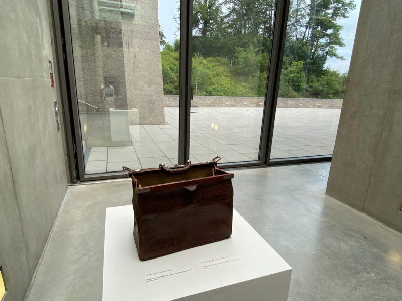 Szenen des Exils - Reisetasche am Ende der Ausstellung