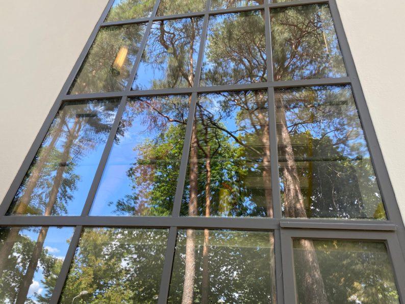 Spiegelung in den Fenstern eines Meisterhauses
