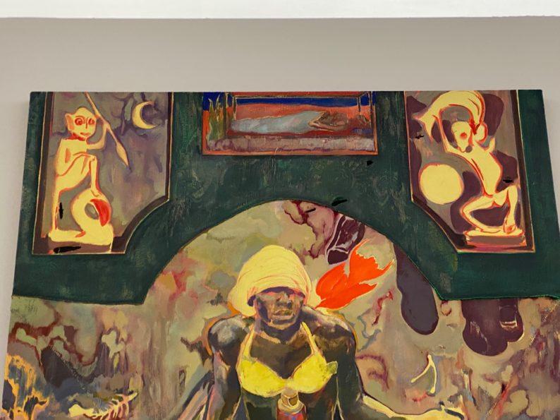 Auch in seinen Gemälden kommen Makonde - Figuren
