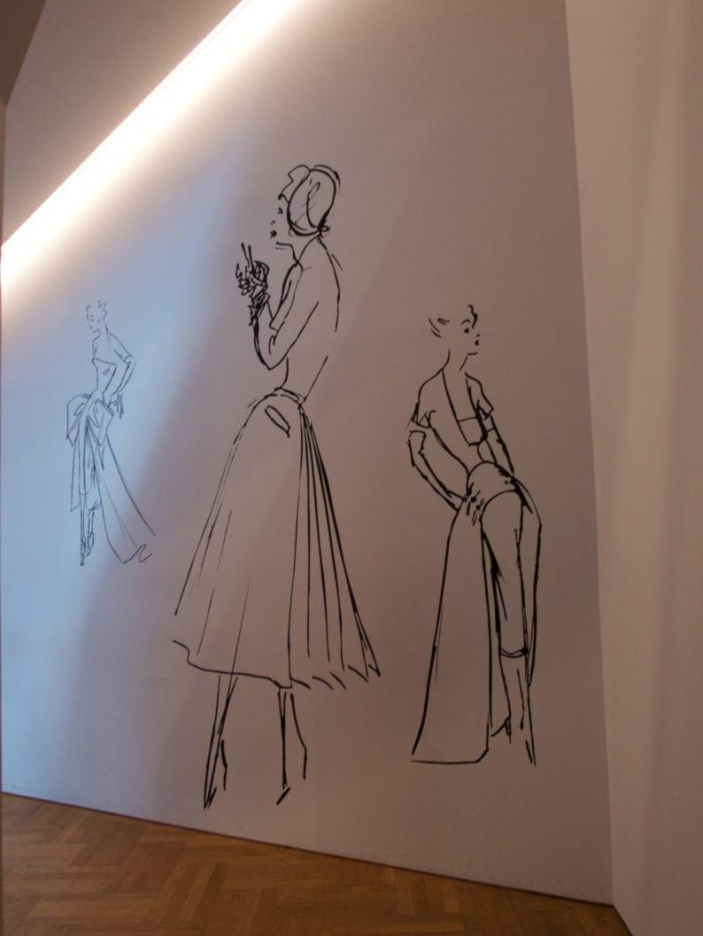 Modezeichnungen am  Ausgang der Ausstellung