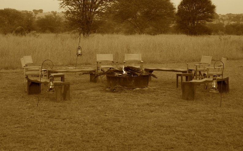 Tanzania - Sayari Camp - Feuer zum Sundowner